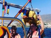 Amarrando el parasailing a los pasajeros