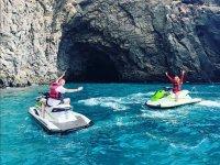 乘坐摩托艇进入山洞
