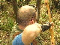 Tiro con l'arco nella foresta