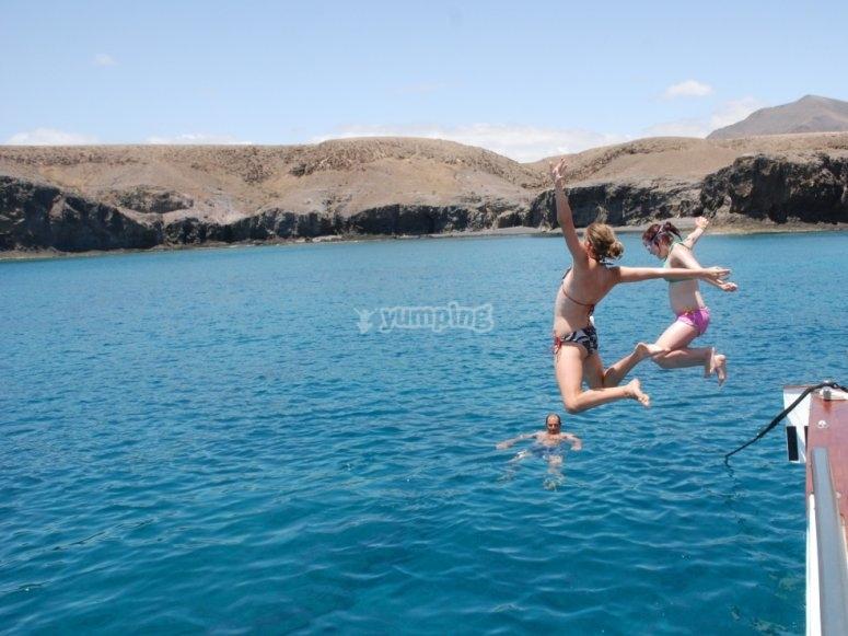 Salto al agua desde el barco