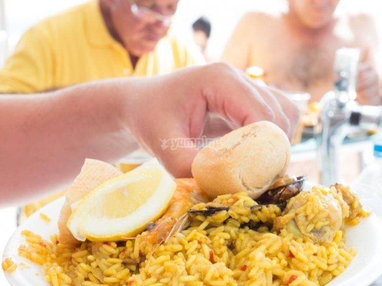 Plato de paella para el almuerzo
