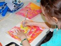 nina pintando en una hoja de papel