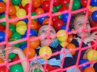 dos ninos en una piscina de bolas