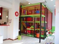 parque infantil al lado de una cafeteria