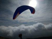 在经济莱里达的滑翔伞飞行