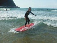 Joven surfeando con estilazo