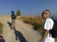 dos personas disfrutando de un camino de arena
