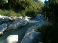 rio entre piedras