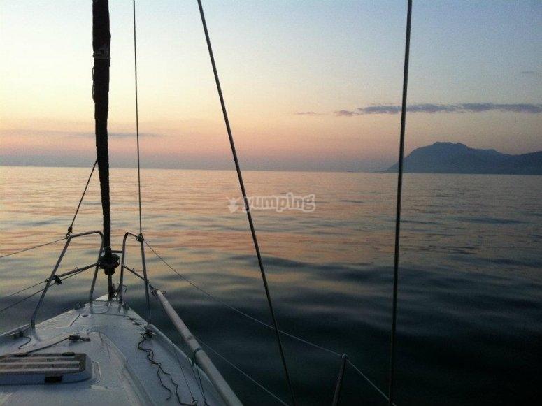 乘船游览日落