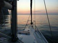 在日落时乘船出发