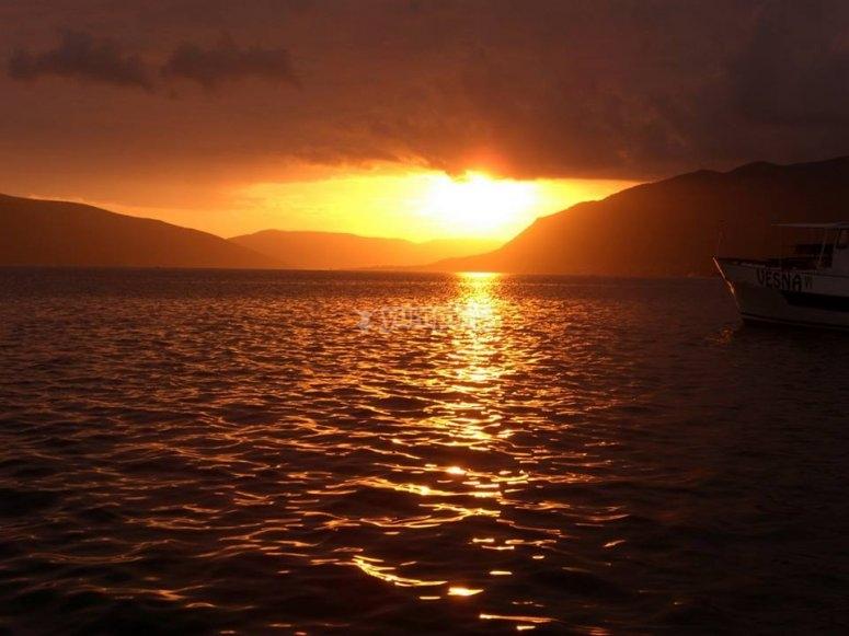 Paseo en barco con puesta de sol