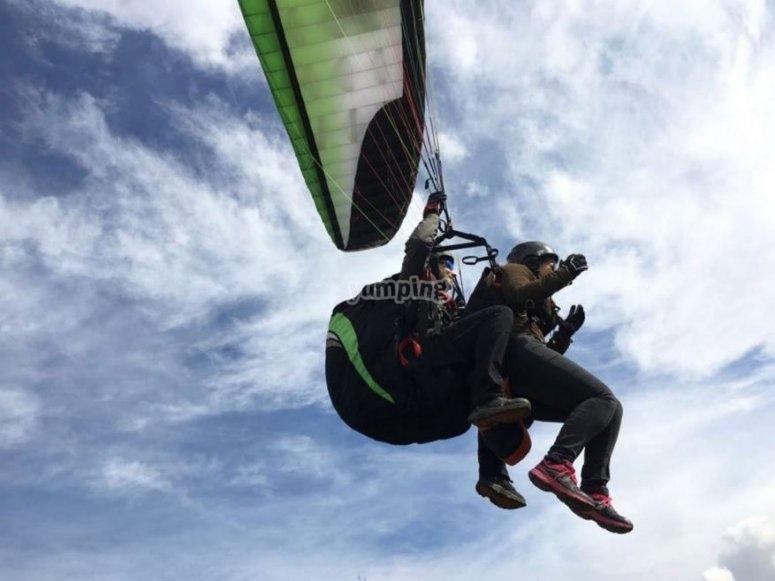 Volando en parapente con monitor