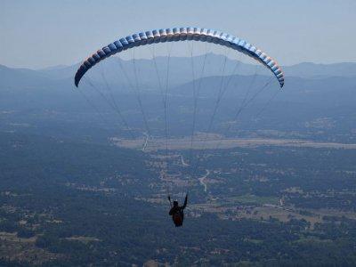 Volar en parapente sobre la Sierra de Gredos