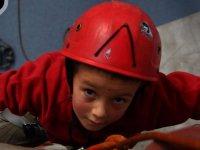 Escalando con casco rojo