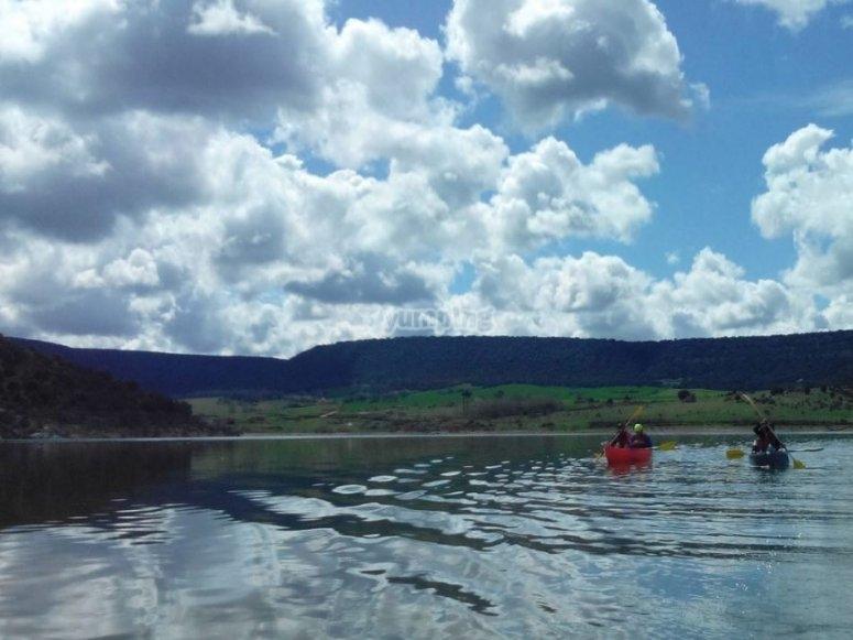 Navegacion en canoa en el embalse