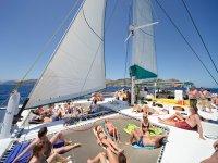 双体船享受日光浴