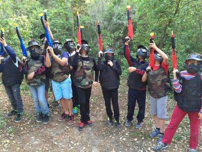 孩子们在Sant Feliu de Guixols的彩弹射击