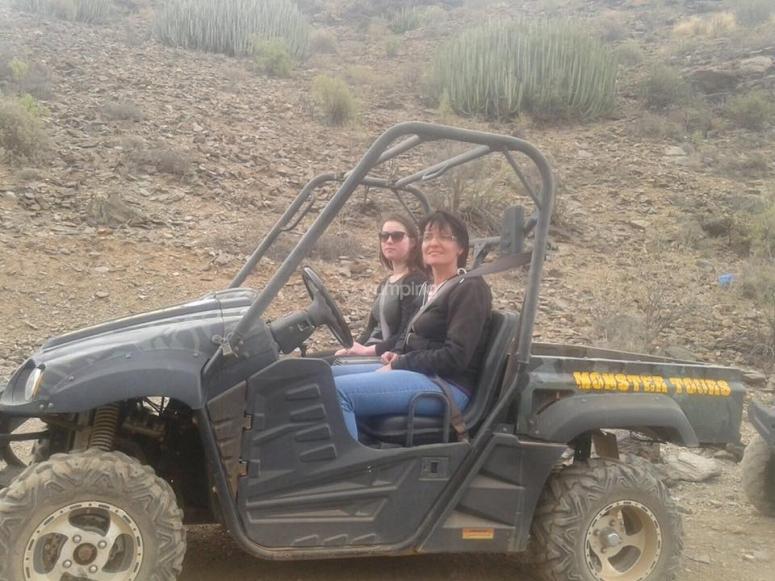 Madre e hija en el buggy