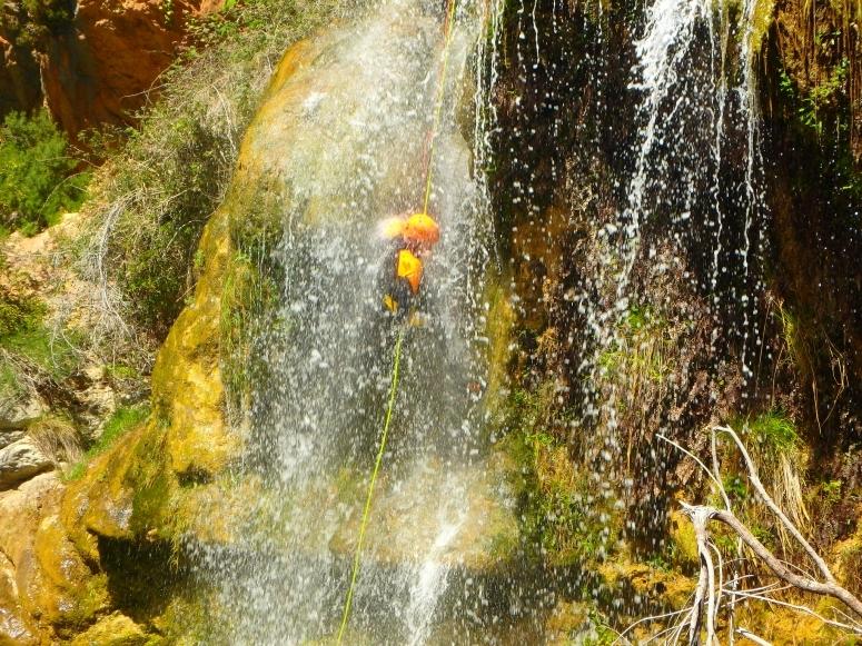 瀑布中的绳降