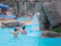 ninos banandose en un parque acuatico