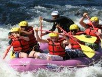 在河中的急流中划船