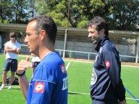 dos entrenadores de futbol en un campo