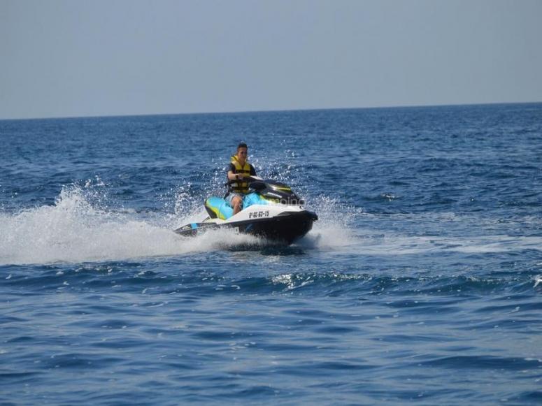 Llevando la moto en el mar