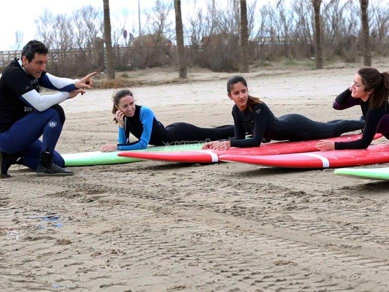 Sdraiato su tavole da surf