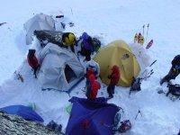 Campamento al pie de la montaña