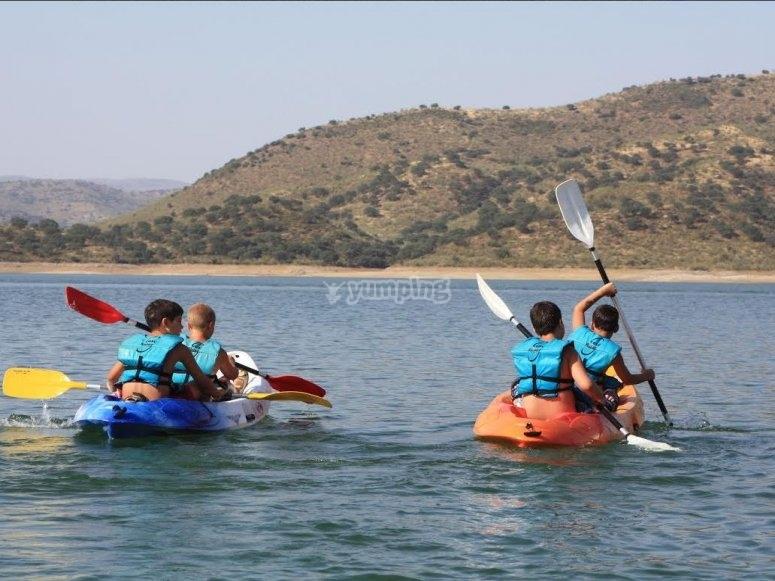 Cuatro de los alumnos en dos kayaks