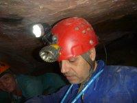 在洞穴下进行洞穴探险