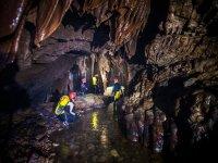穿越洞穴的小溪