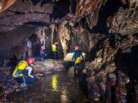 练习洞穴探险的朋友
