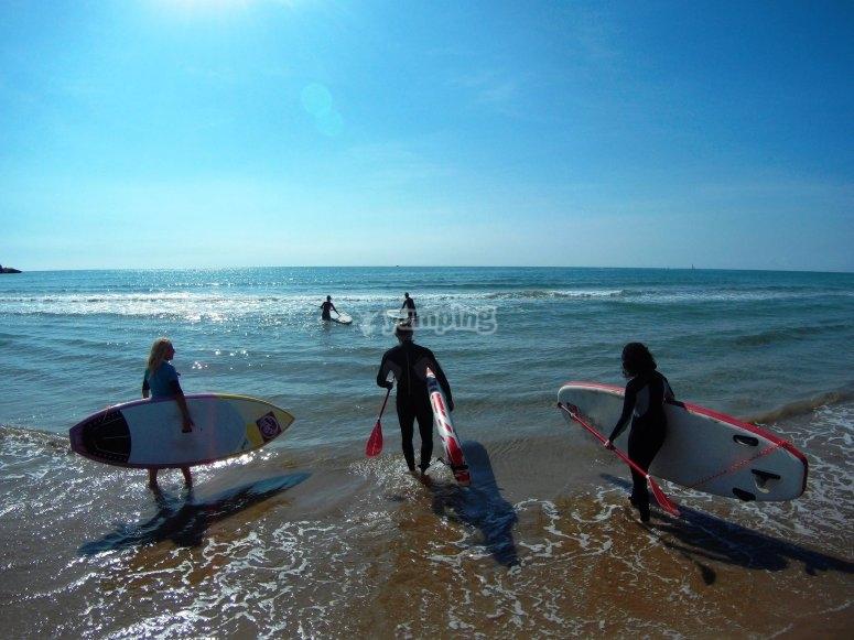 Entrando al mar para hacer paddle surf