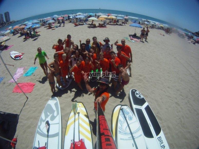 Grupo junto a las tablas de paddle