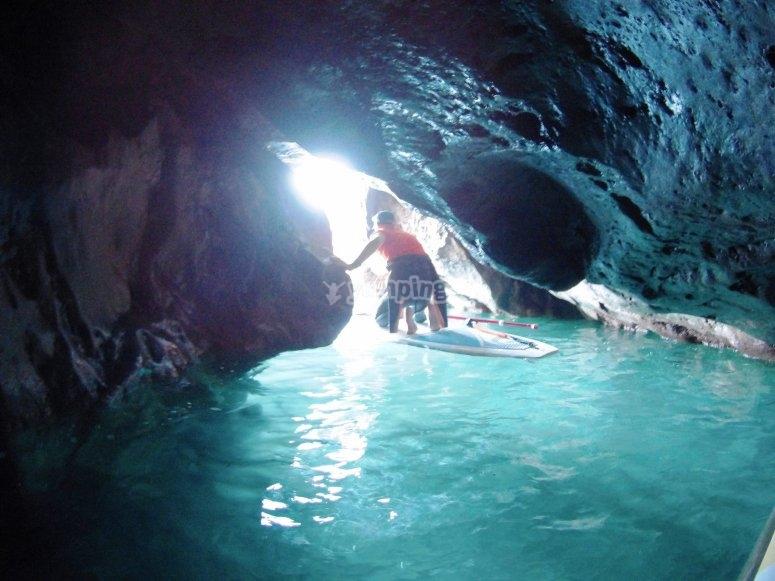 在水洞的桨冲浪