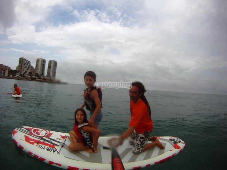 在桨冲浪的孩子