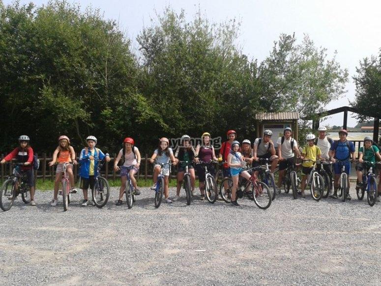Grupo de ciclistas en las bicis