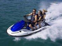 un uomo e due ragazze che navigano su una moto d'acqua