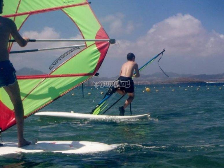 Practicando windsurf en el mar