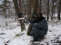 Jugador de paintball en escenario nevado