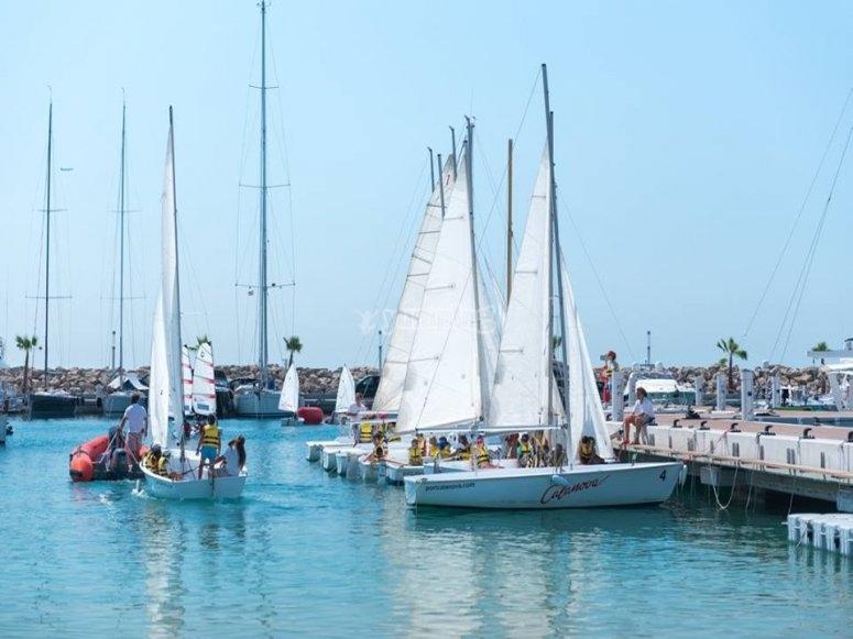 帆船租赁五人在地中海航行端口