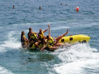 Falling all'acqua dalla banana boat