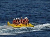 Amigos a bordo de la banana boat