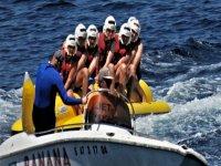 Giros en el mar sobre la banana boat