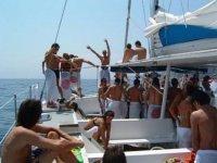 party bianco su una barca in mare