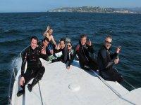 Con el neopreno en la cubierta del barco