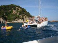 party boat in mare con giochi d'acqua sull'acqua