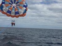 Sobre el mar con el parasailing