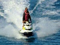 Acelerando sobre la moto de agua
